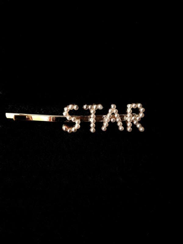 Заколка со словом STAR из жемчужин.